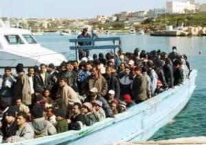 lampedusa profughi nella notte 300x211 News | Lampedusa: ripresi gli sbarchi