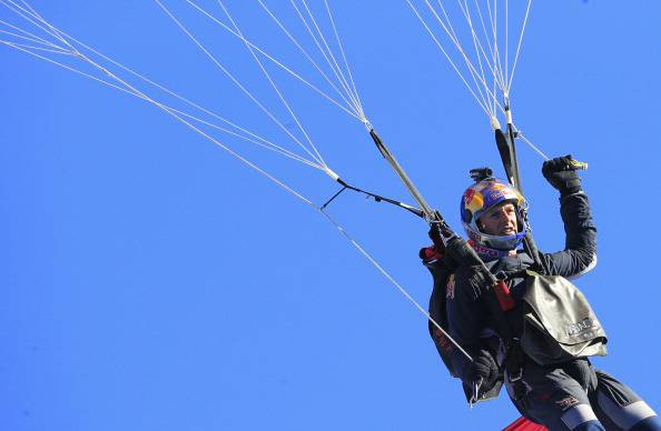 Uomo si lancia con il paracadute