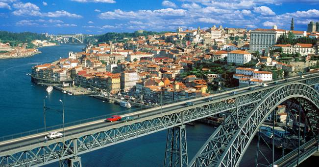 DOM LUIS BRIDGE OVER DOURO RIVER PORTO PORTUGAL. Image shot 2003. Exact date unknown.